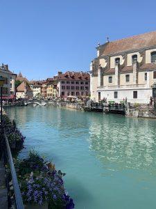 acheter-louer ville d'Annecy cours d'eau passants terrasses de restaurants ciel bleu